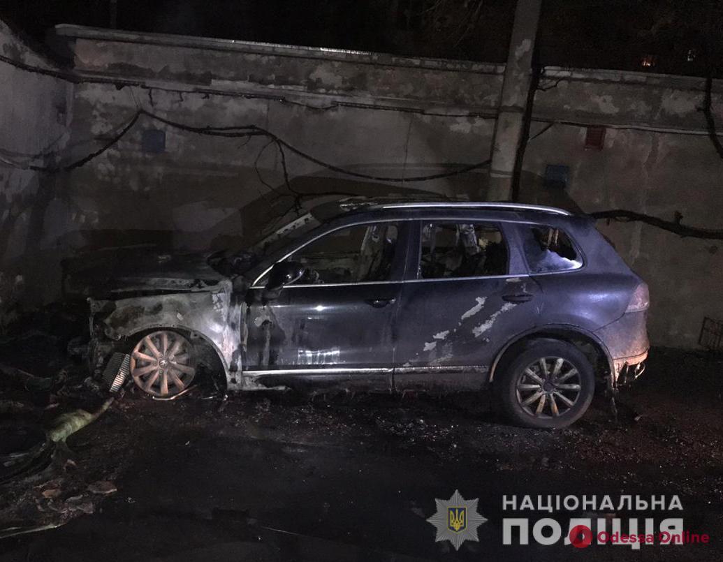 На Армейской ночью горел автомобиль (обновлено, видео)