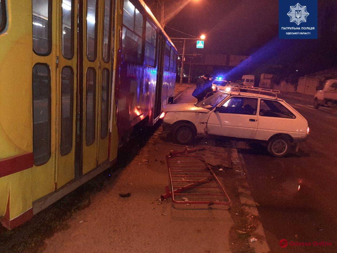 Возле Дюковского парка легковушка сбила человека и врезалась в трамвай (обновлено)