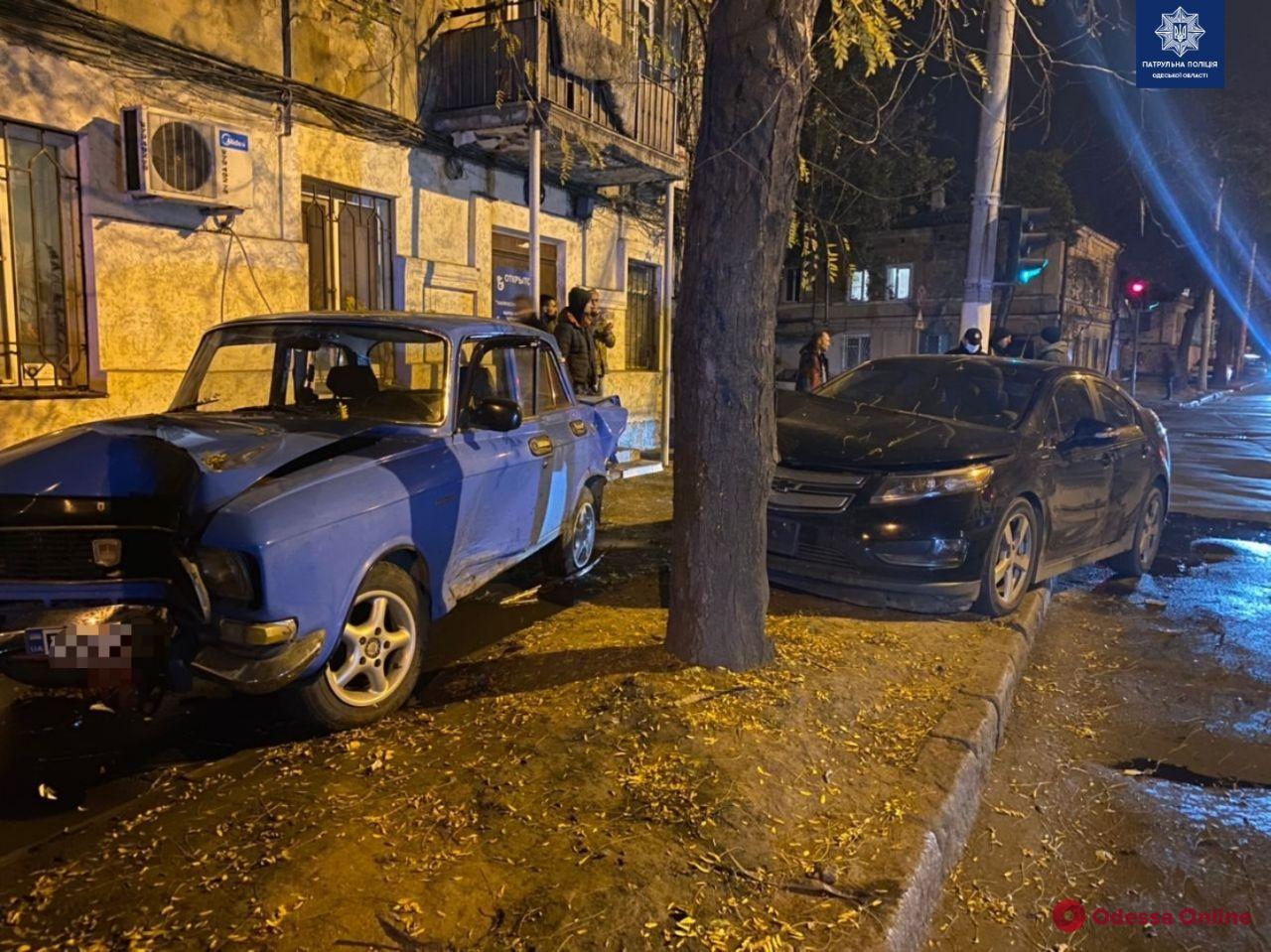На Приморской Chevrolet врезался в «Москвич» и дерево (фото)