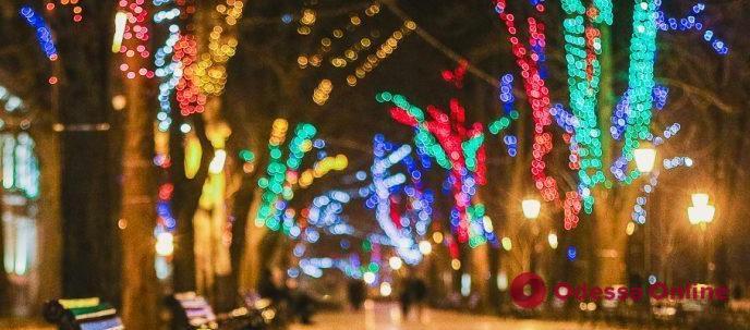 Музыка, танцы и хорошее настроение: вечерняя атмосфера на Приморском бульваре (видео)