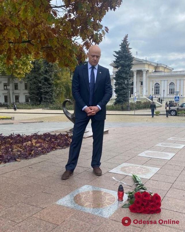 Мэр Одессы возложил цветы к звезде Михаила Жванецкого на Аллее Звезд