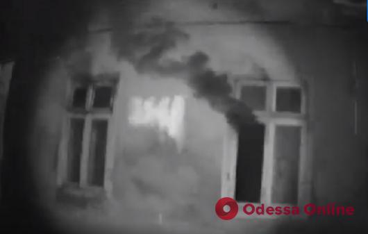 Патрульные спасли двух человек и кота во время ночного пожара в Высоком переулке (видео)