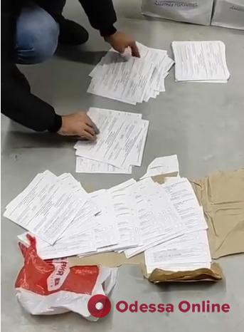 Появилось видео, как силовики в офисе соратника Скорика подсчитывают поддельные бюллетени для выборов мэра