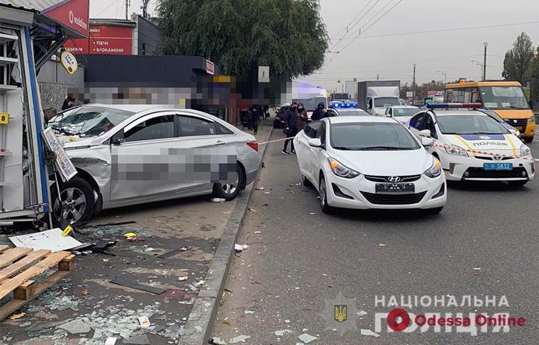 В Киеве такси влетело в киоск — погибли две женщины