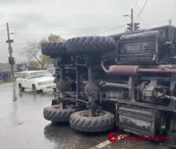 На Объездной дороге опрокинулся военный грузовик