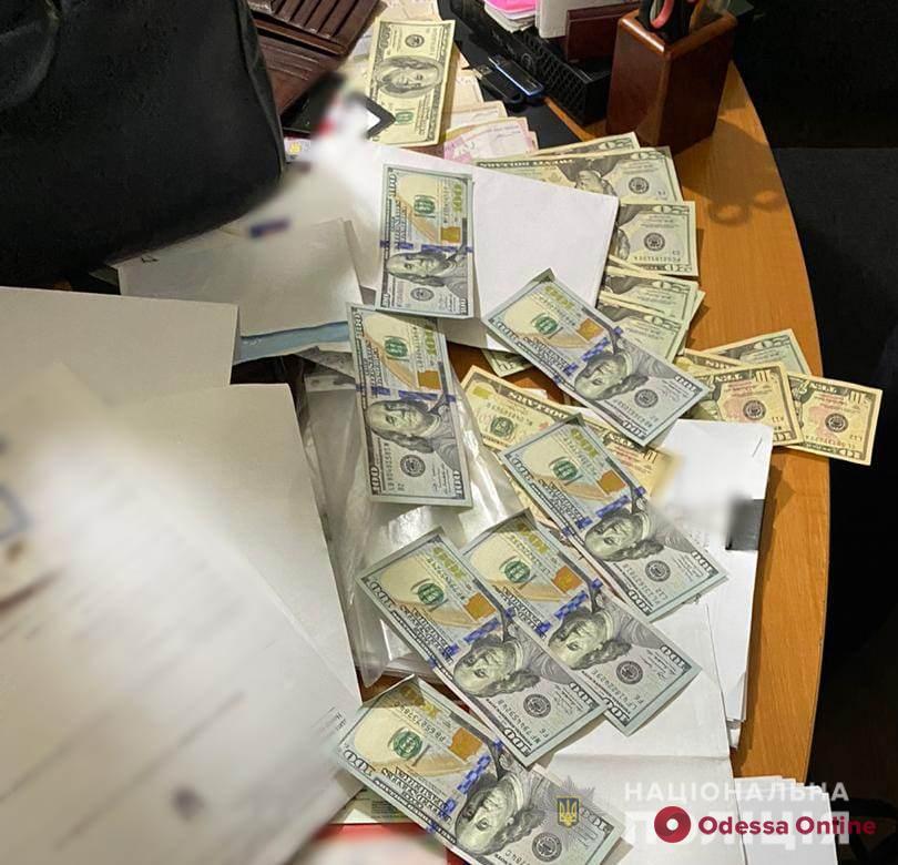 В Одессе на взятке поймали чиновников исполнительной службы