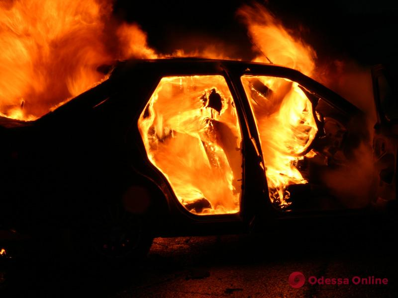 На Таирова ночью горел автомобиль (обновлено)