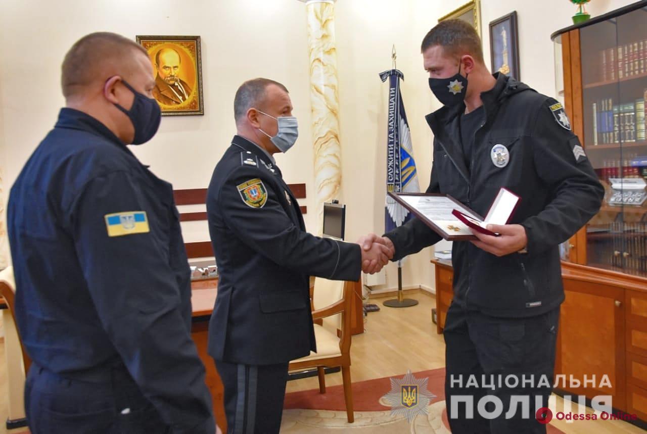 В Одесской области полицейского наградили за спасение двух подростков