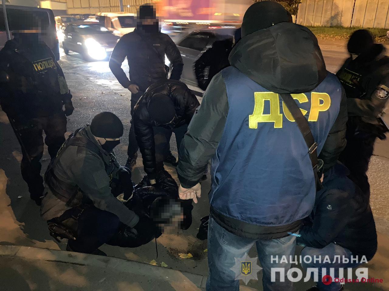 Требовал от предпринимателя 12 тысяч долларов: в Одессе задержали вымогателя из России