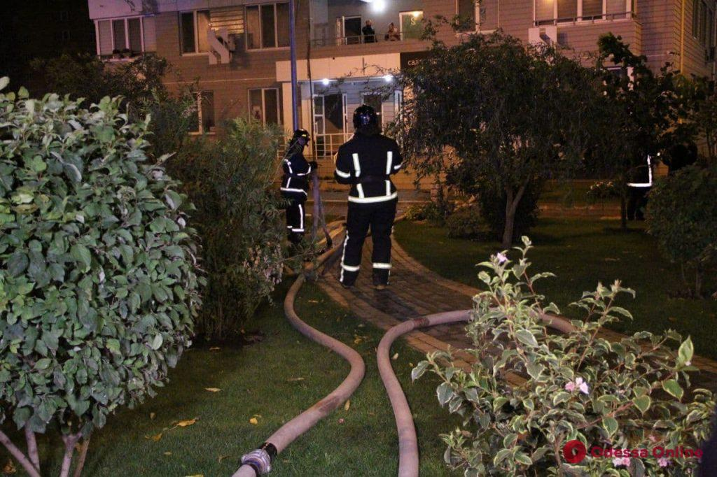 На Люстдорфской дороге горит жилой дом (видео, обновляется)