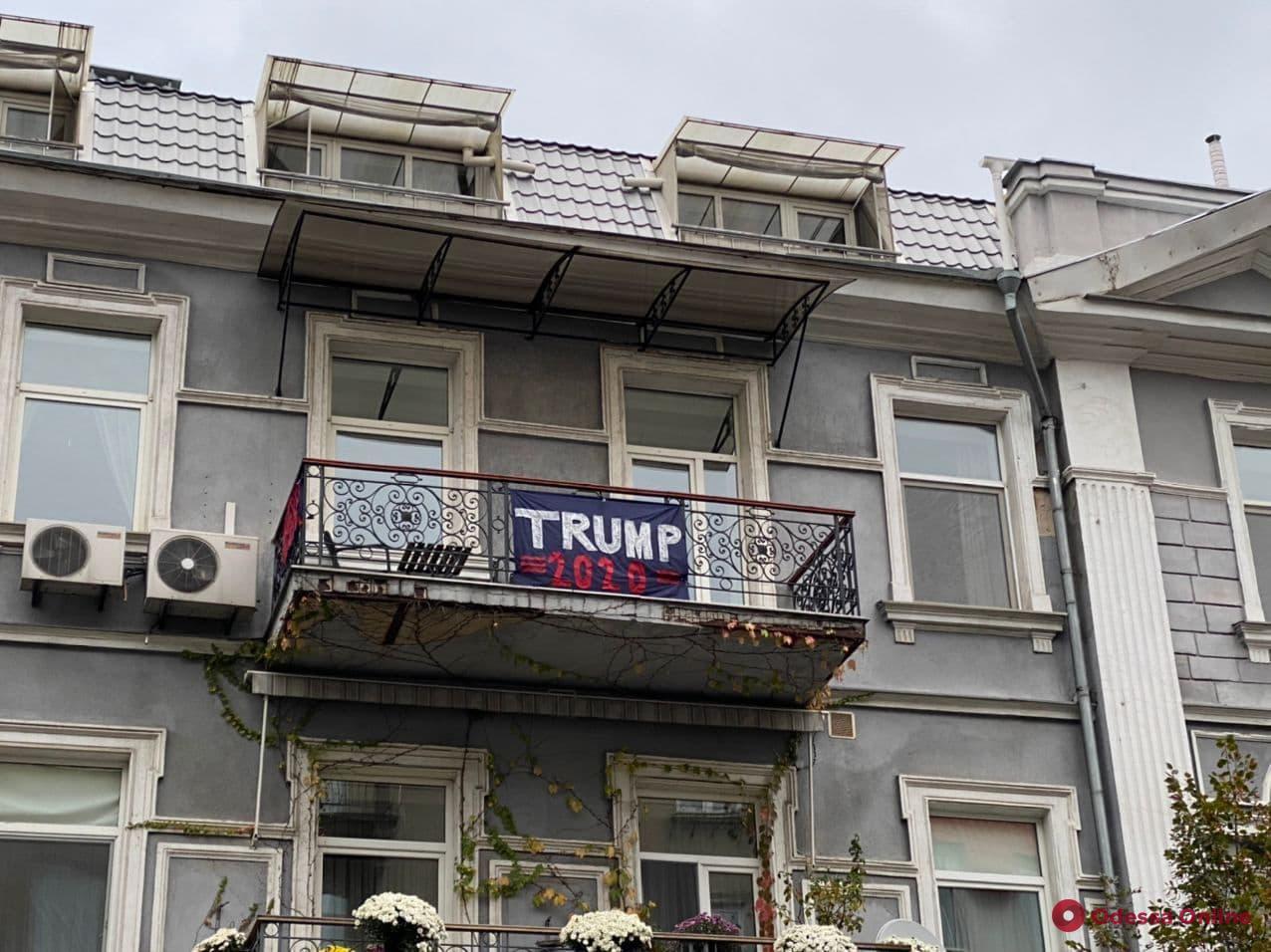 В центре Одессы на балконе вывесили растяжку в поддержку Трампа (фотофакт)