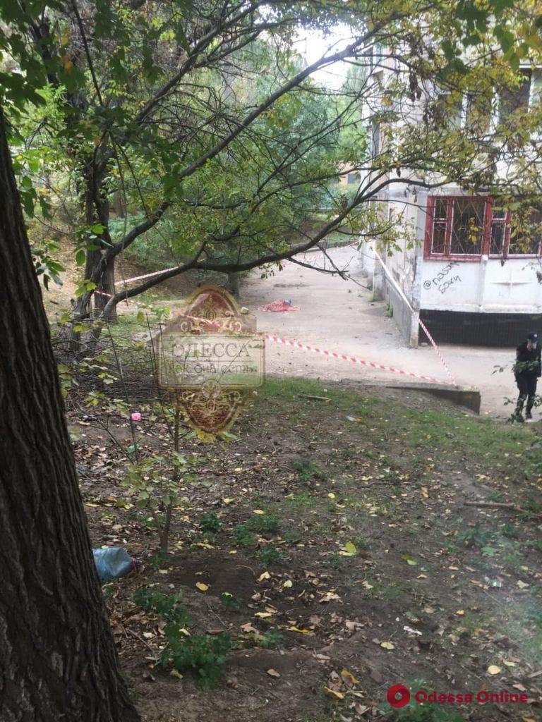 На Балковской мужчина выбросился из окна многоэтажки