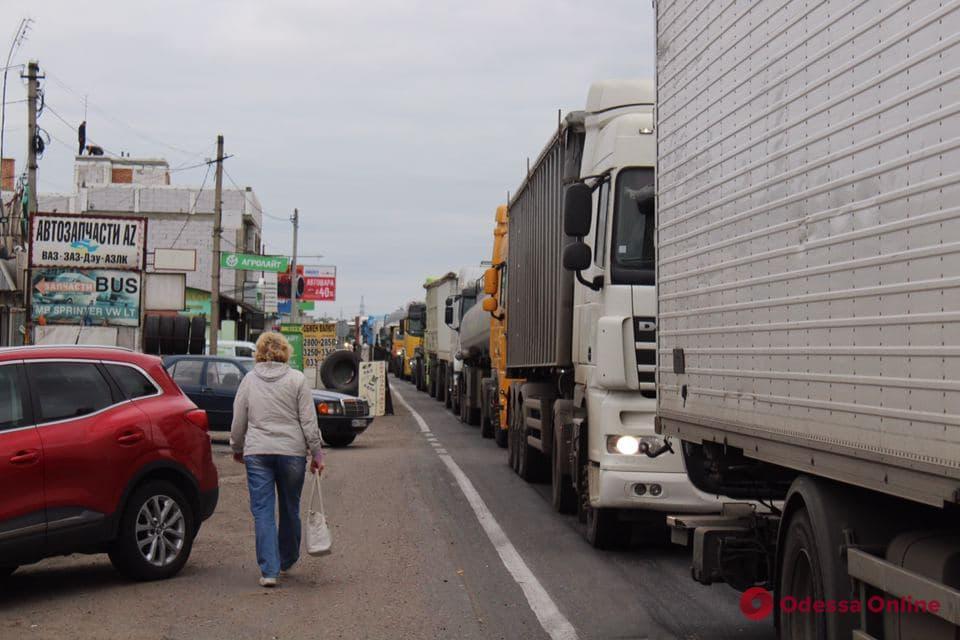 Предприниматели перекрыли дорогу в районе Двух столбов (фото)