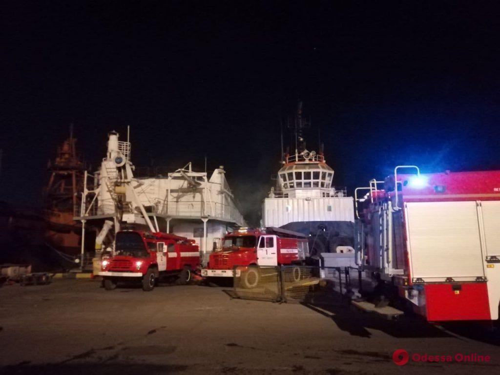 В Одесском морском порту горела плавучая судоремонтная мастерская (фото)