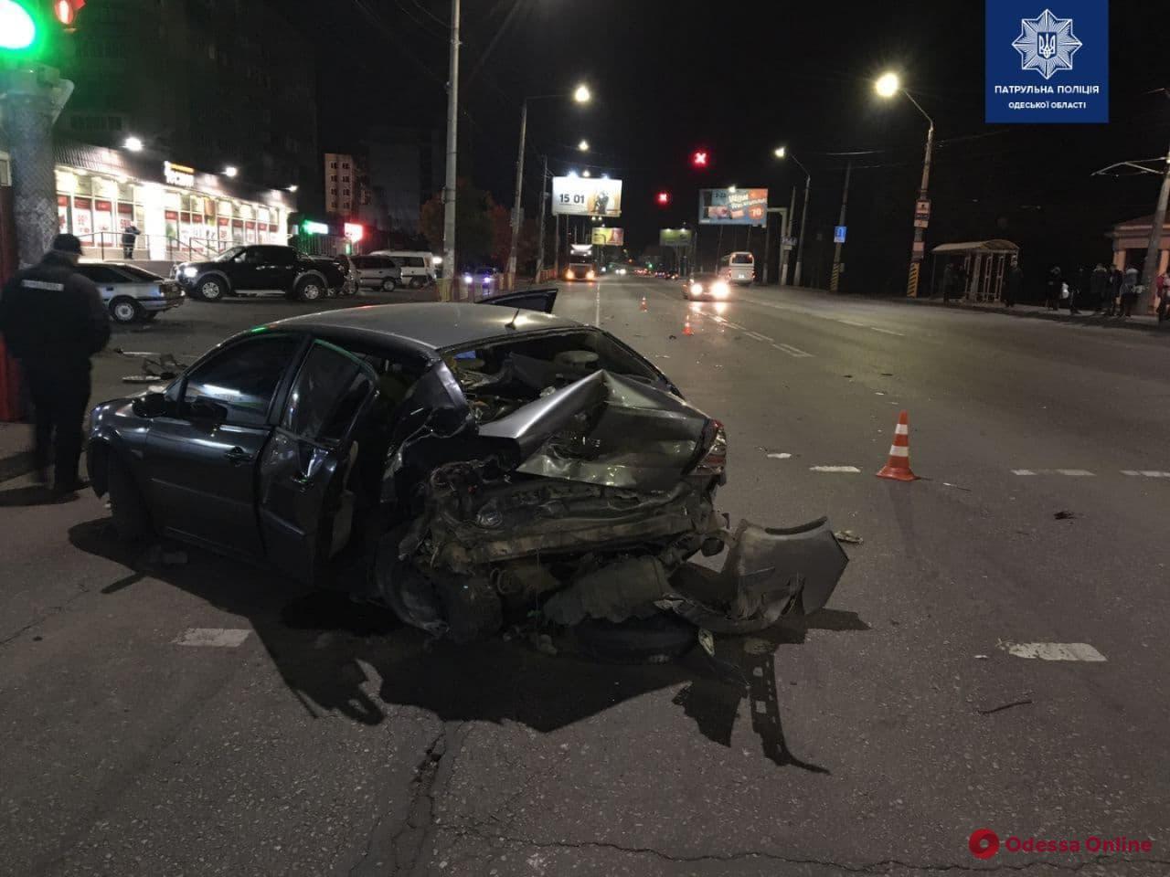 На Николаевской дороге столкнулись Renault та Lexus – пострадал один из водителей