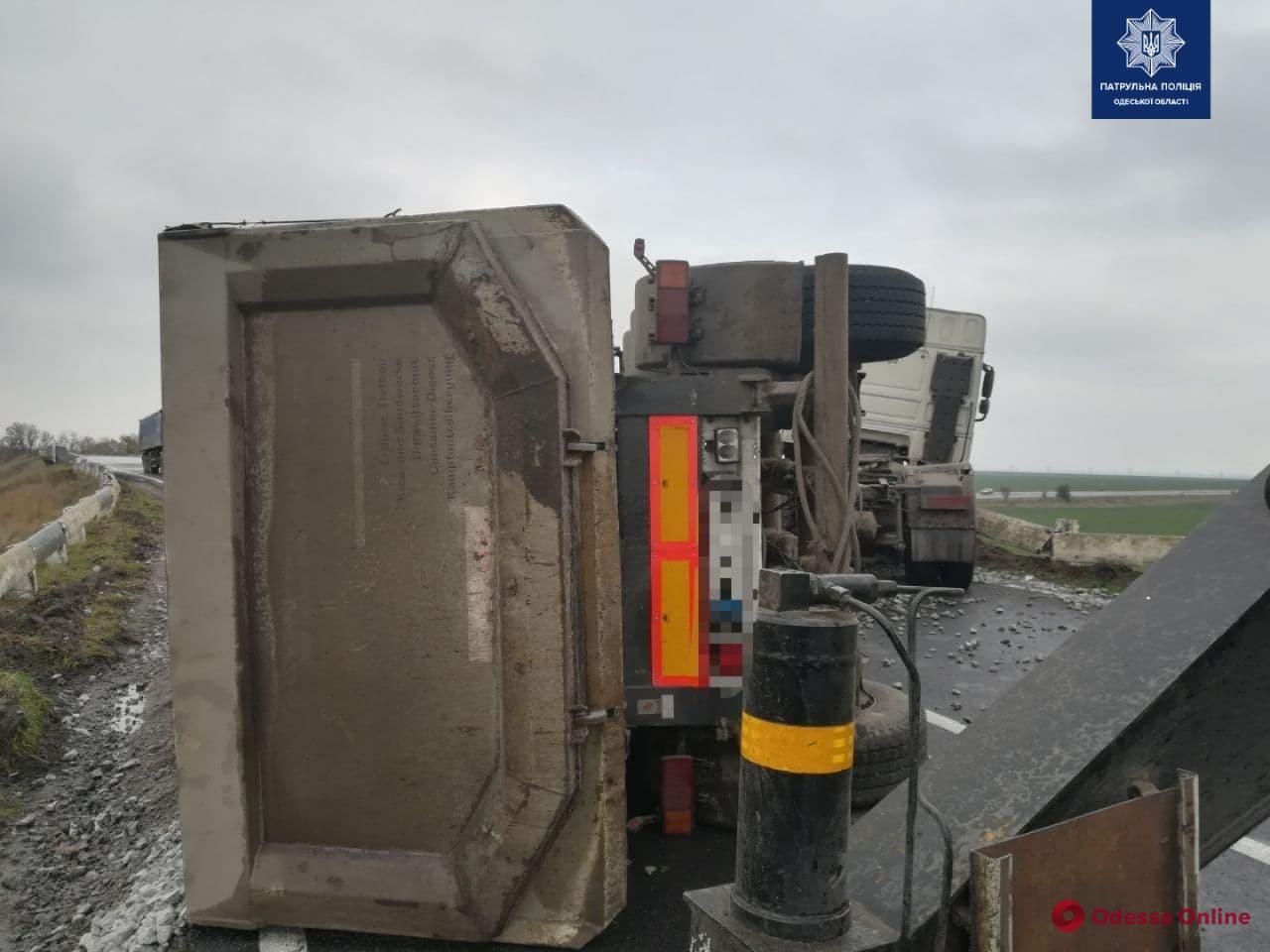 На трассе Одесса-Николаев перевернулся прицеп с щебнем