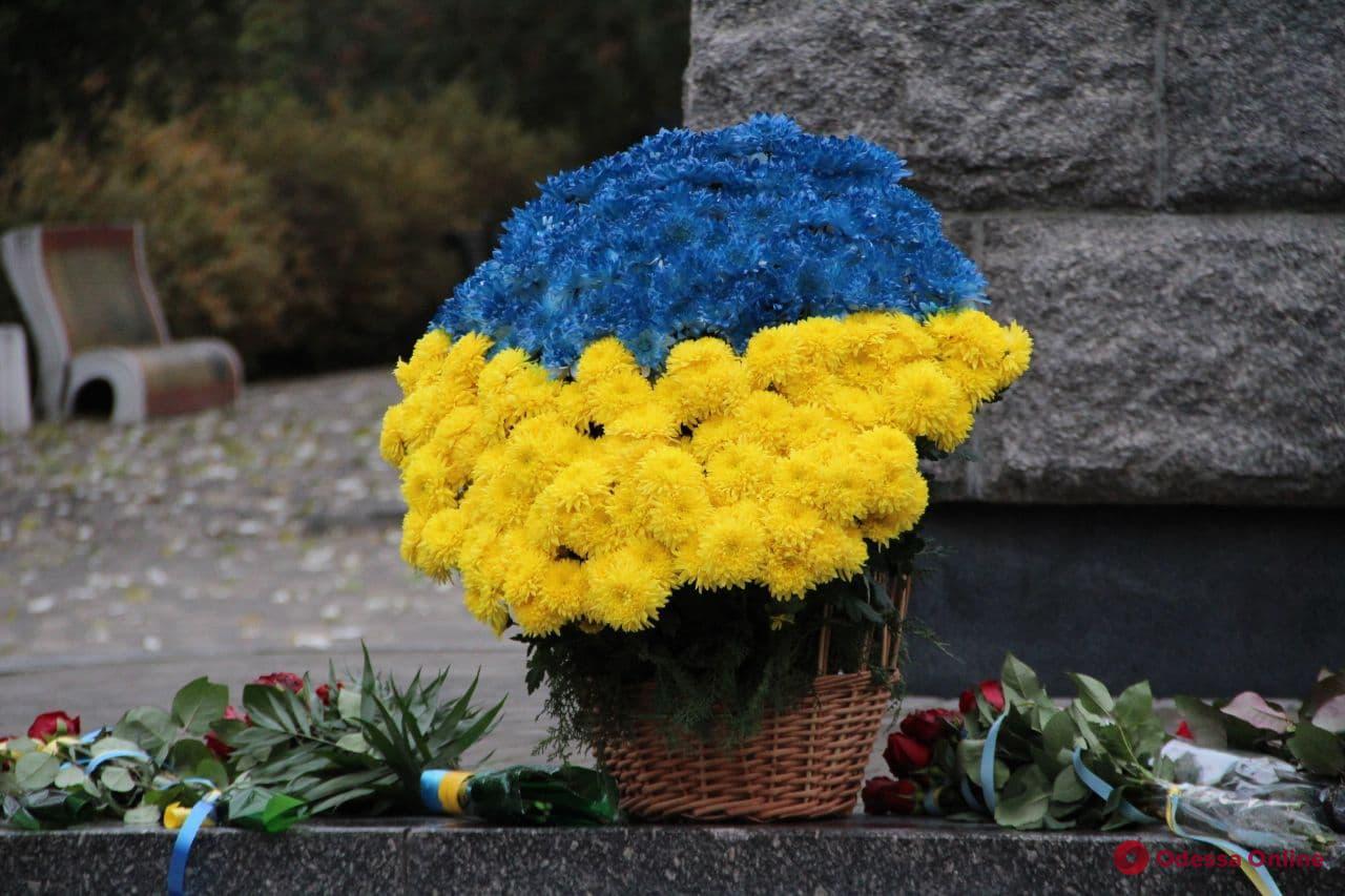 Одесса: в День достоинства и свободы к памятнику Шевченко возложили цветы (фото)