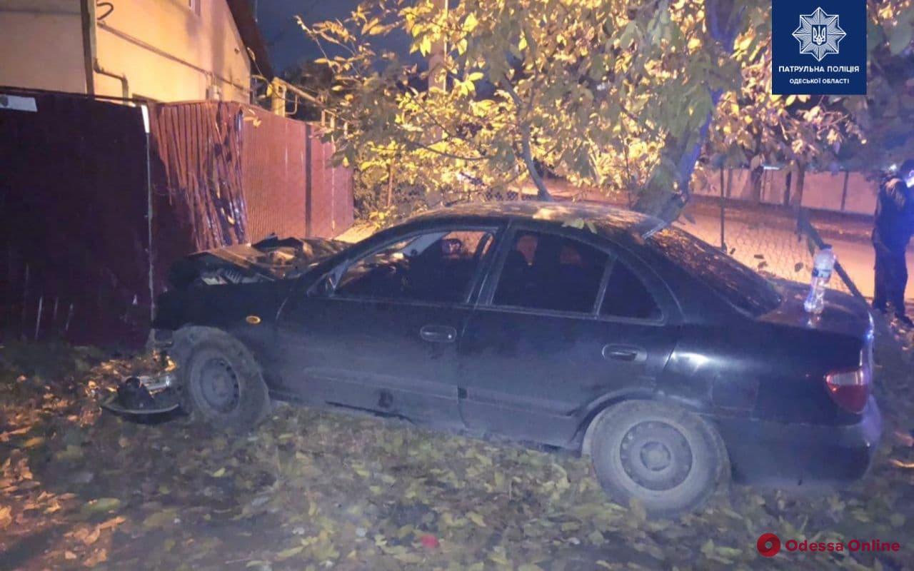 В Одессе легковушка врезалась в забор — водитель в больнице