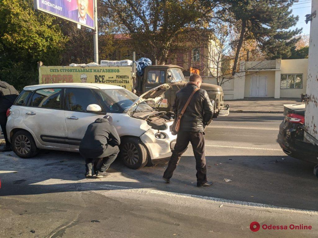 На Люстдорфской дороге четыре авто встали «паровозиком» — одна из машин загорелась (обновлено)
