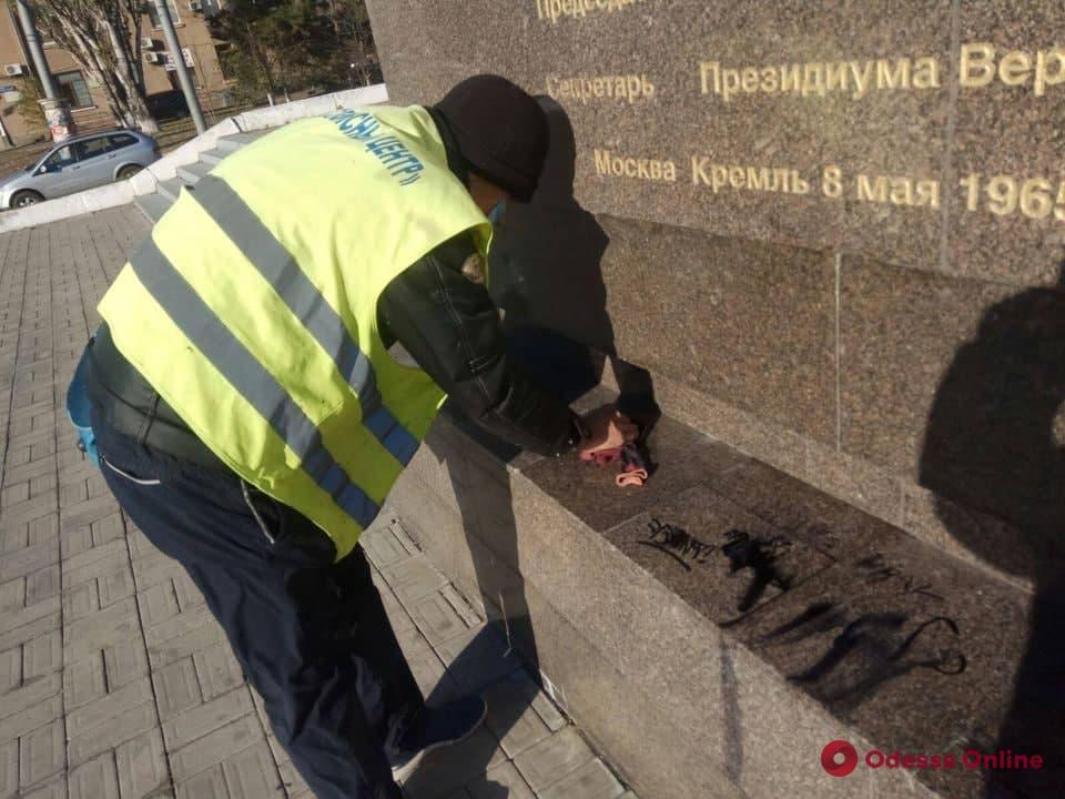 В Одессе вандалы разрисовали элемент памятника на площади 10 Апреля