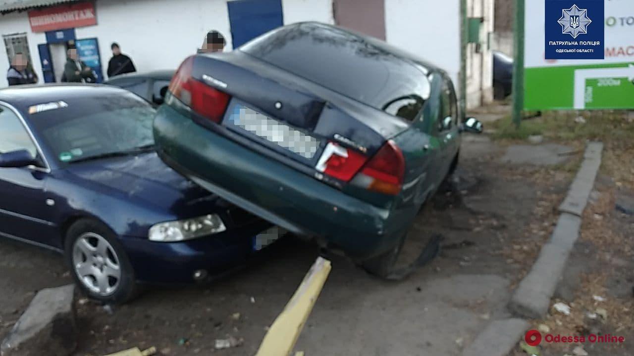 В Одессе Mitsubishi влетел в припаркованные машины — водитель сбежал