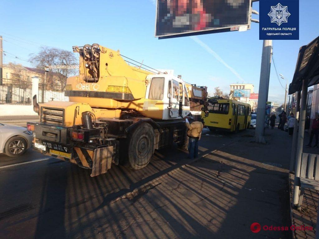 На Среднефонтанской автокран въехал в маршрутку – есть пострадавшие (обновлено)