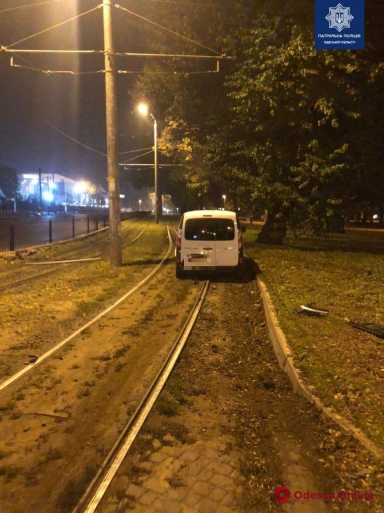 В Одессе пьяный лихач на Renault снес дорожный знак и пытался скрыться