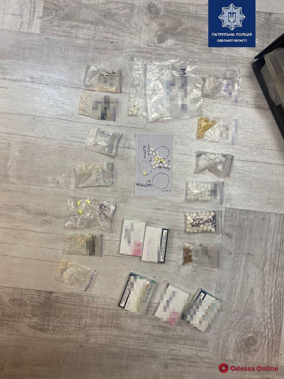 В квартире на Люстдорфской дороге у дебошира нашли расфасованные наркотики