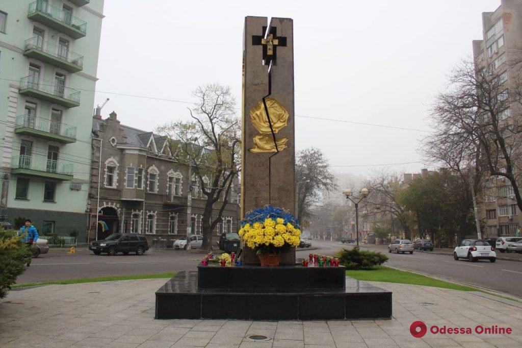 На Лидерсовском бульваре возложили цветы к памятному знаку жертвам Голодомора (фоторепортаж)