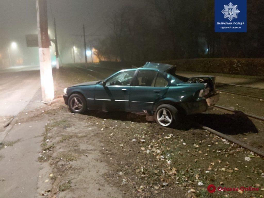 На Николаевской дороге BMW врезался в столб – двое пострадавших