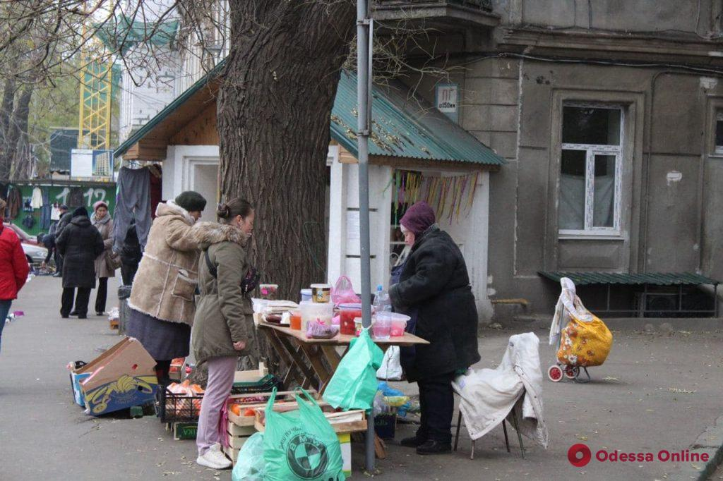 Пустынные улицы и стихийные торговцы без масок: как в Одессе соблюдают карантин «выходного дня» (фото)