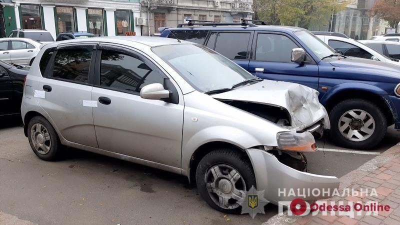 В Одессе пьяная женщина угнала машину у таксиста и угодила в ДТП (фото, видео)