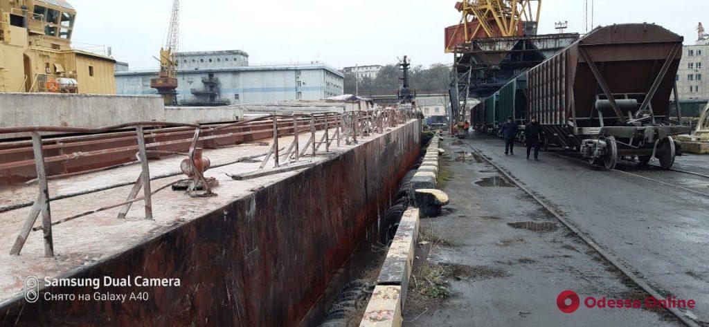В море под Одессой спасали тонущую баржу