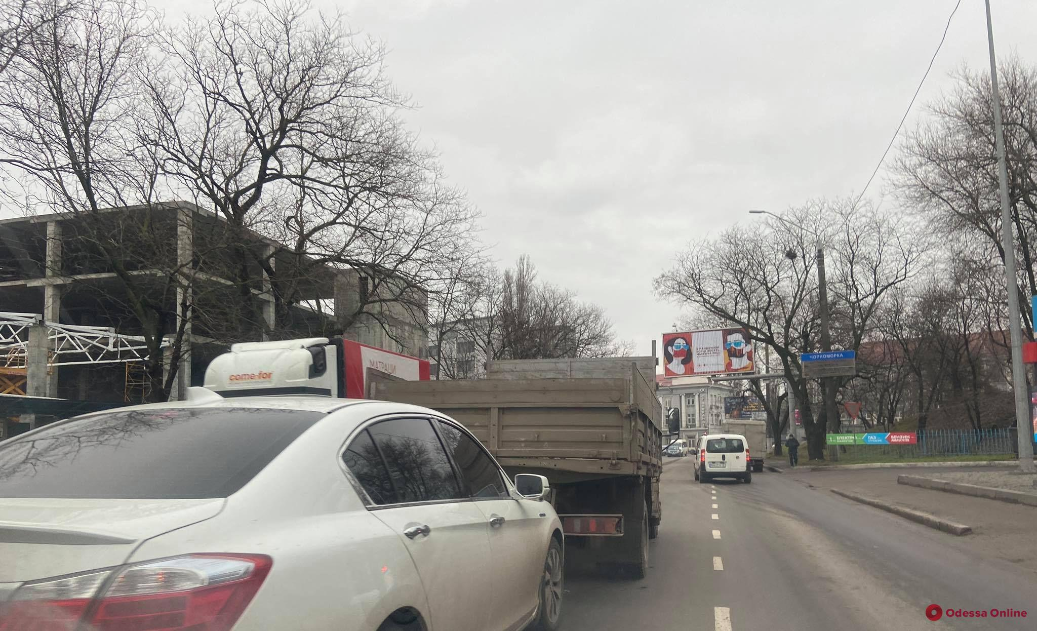 В Одессе столкнулись легковушка и грузовик