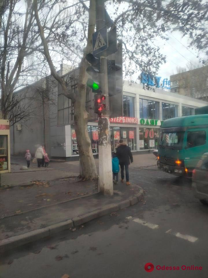 На Академика Филатова столкнулись грузовик и мотоцикл