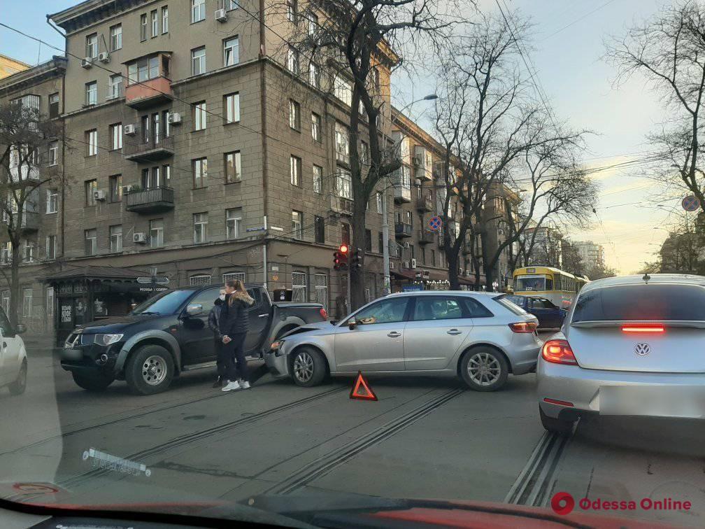 На Преображенской прямо на трамвайных путях столкнулись легковушка и пикап