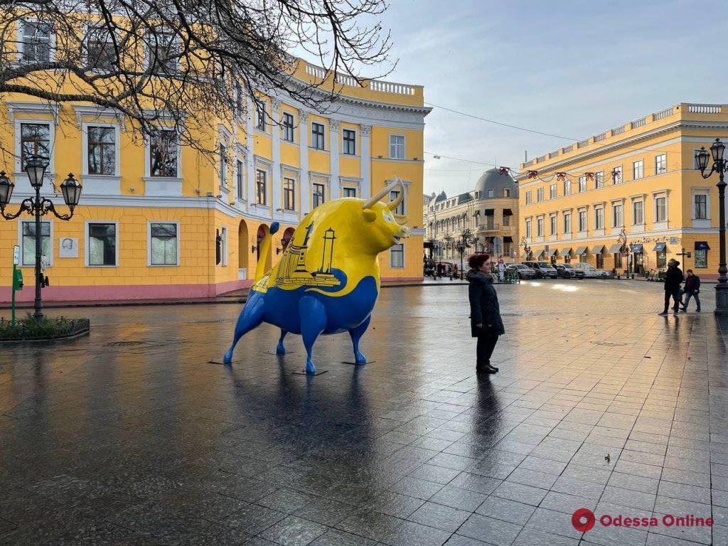 В Одессе на Приморском бульваре установили символ следующего года (фотофакт)