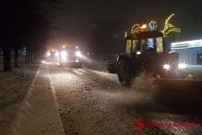 В Одесской области ночью расчищали от снега дороги государственного значения