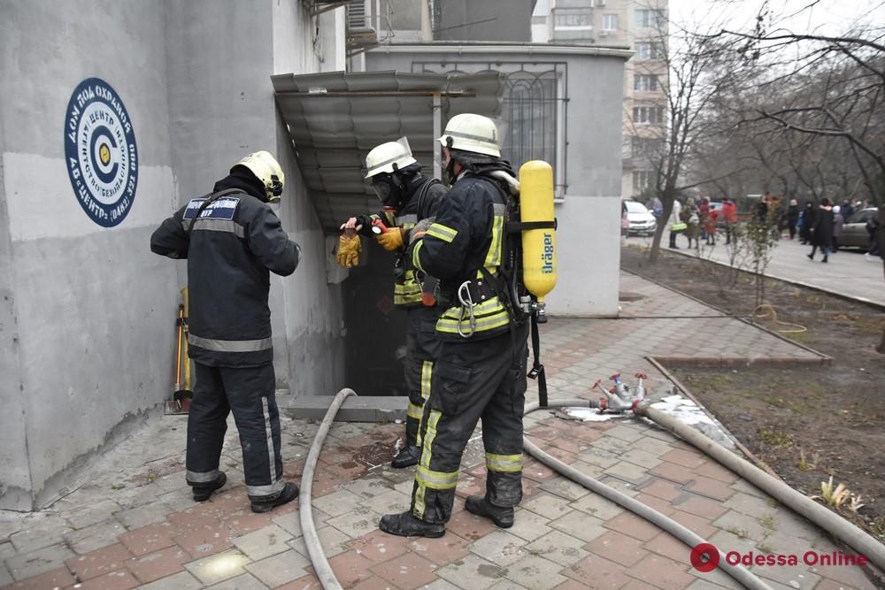 На Таирова тушили пожар в подвале многоэтажки