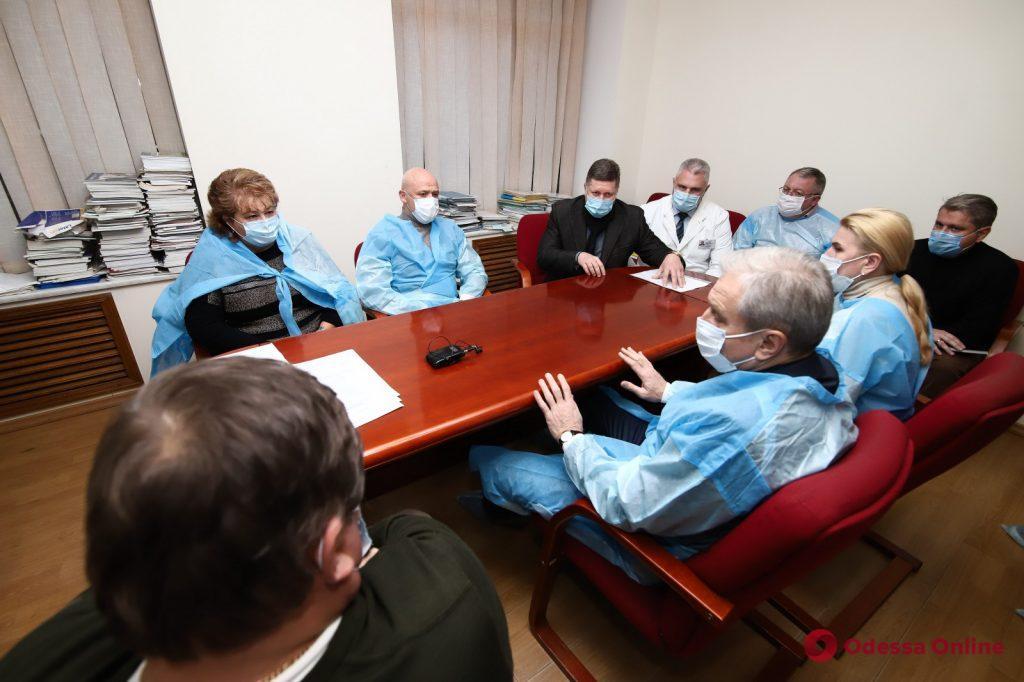Геннадий Труханов и Сергей Гриневецкий проверили больницы, в которых готовят дополнительные места  для пациентов с Covid-19