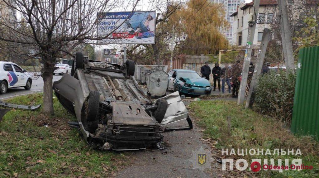На Люстдорфской дороге Chevrolet перевернулся после столкновения с Mazda – пострадала девушка