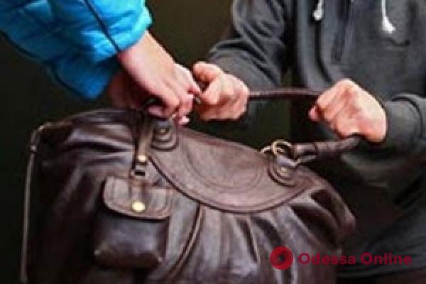 Повалили на землю и отобрали сумку: в Херсонском сквере трое подростков ограбили одесситку