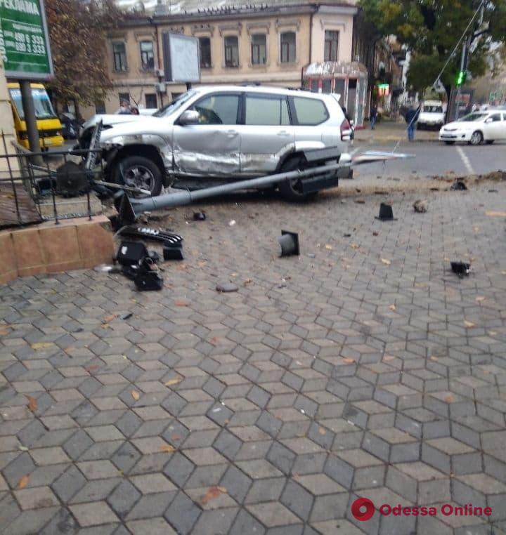 В центре Одессы внедорожник снес светофор и налетел на ступеньки магазина (фото)
