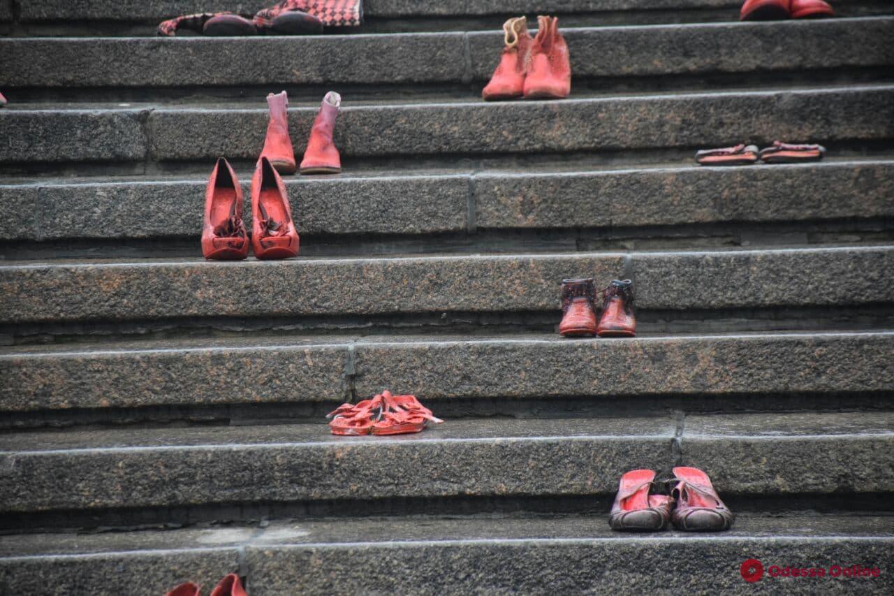 «Красная обувь»: в Одессе прошла акция против домашнего насилия (фото)