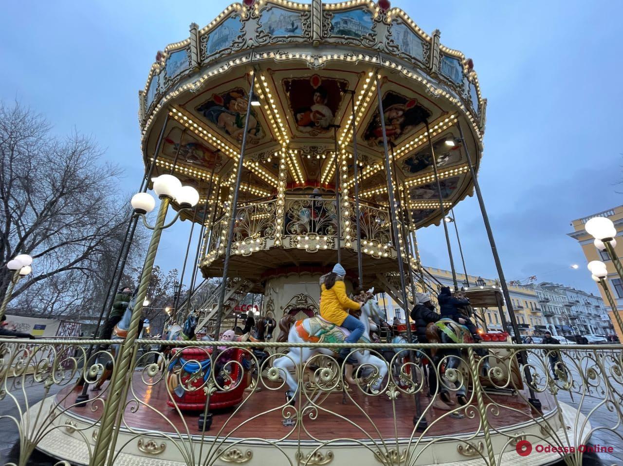 На Приморском бульваре малышей катает новогодний паровозик (фото)