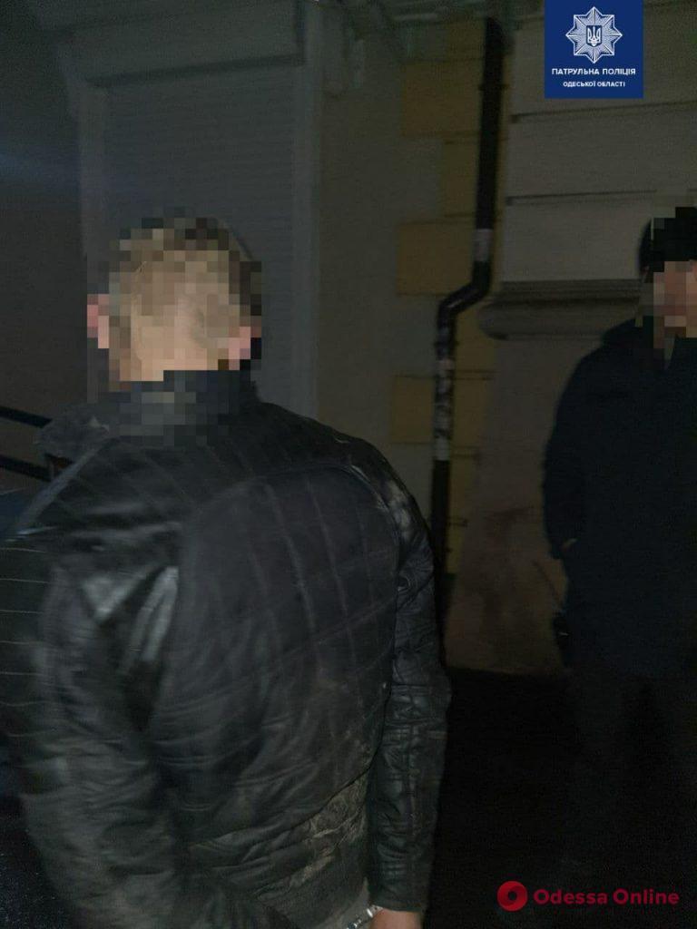 Ночью в центре в Одессы двое хулиганов крушили автомобили и витрины магазинов
