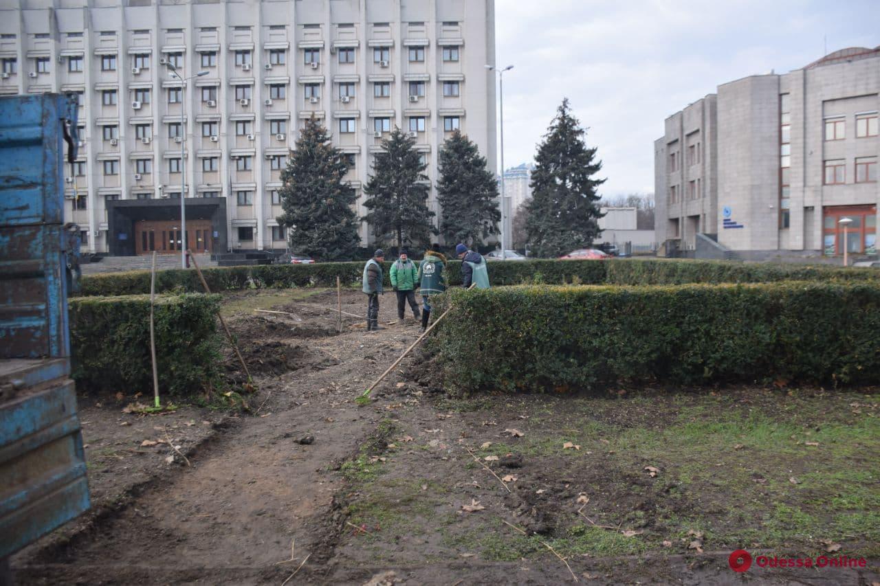 Возле облгосадминистрации убрали заброшенную «хатынку» Саакашвили