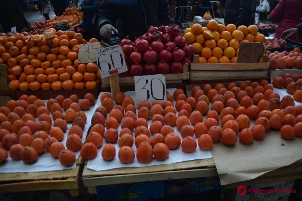 Курага, чеснок и мандарины: предновогодние цены на одесском «Привозе»