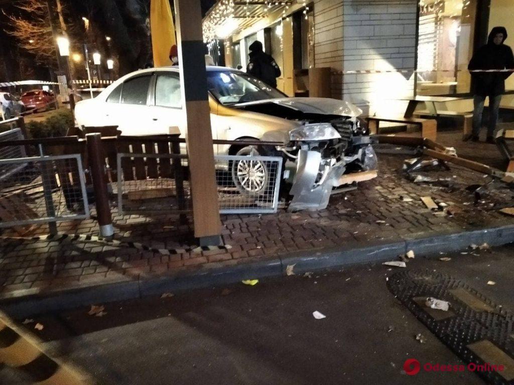 В Одессе на проспекте Шевченко Nissan Almera вылетел на террасу McDonalds и сбил женщину (фото, обновлено)