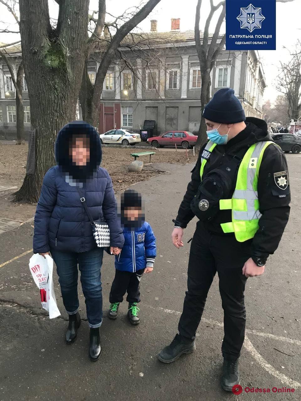 Заигрался и потерялся: одесские патрульные вернули бабушке 4-летнего внука